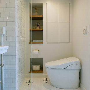 Foto på ett medelhavsstil badrum, med öppna hyllor, vita väggar och flerfärgat golv