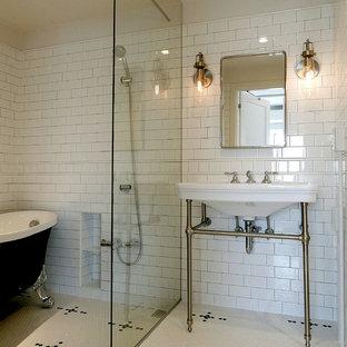 東京23区のトラディショナルスタイルの浴室・バスルームの画像 (猫足浴槽、白いタイル、白い壁、モザイクタイル、コンソール型シンク、オープンシャワー)