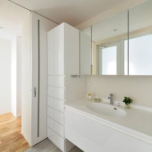 他の地域のモダンスタイルのおしゃれな浴室 (白い壁、一体型シンク、グレーの床) の写真