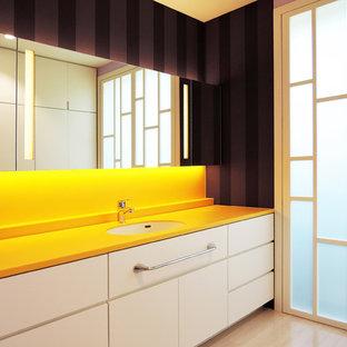 他の地域のコンテンポラリースタイルのおしゃれな浴室 (フラットパネル扉のキャビネット、白いキャビネット、紫の壁、一体型シンク、ベージュの床) の写真