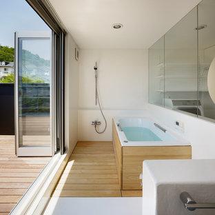 他の地域のコンテンポラリースタイルのおしゃれな浴室 (コーナー型浴槽、オープン型シャワー、白い壁、無垢フローリング、茶色い床、オープンシャワー) の写真