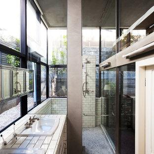 Ispirazione per una stanza da bagno design con doccia a filo pavimento, piastrelle in ceramica, pareti bianche, pavimento con piastrelle a mosaico, lavabo da incasso, nessun'anta, piastrelle bianche e top piastrellato