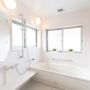 他の地域のヴィクトリアン調のおしゃれな浴室 (コーナー型浴槽、オープン型シャワー、白い床、オープンシャワー) の写真