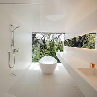 東京都下のモダンスタイルのおしゃれな浴室 (置き型浴槽、洗い場付きシャワー、一体型トイレ、白いタイル、白い壁、一体型シンク、白い床、オープンシャワー) の写真
