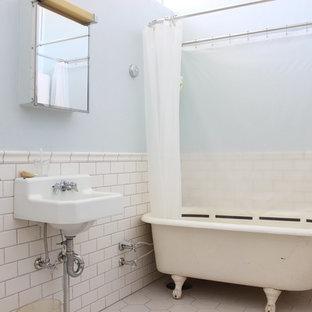 他の地域のミッドセンチュリースタイルのおしゃれな浴室 (猫足バスタブ、青い壁、コンソール型シンク、ベージュの床) の写真