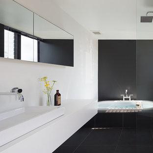 他の地域のコンテンポラリースタイルの浴室・バスルームの画像 (ドロップイン型浴槽、オープン型シャワー、黒い壁、ベッセル式洗面器、黒い床、オープンシャワー)