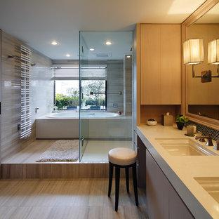 東京23区のコンテンポラリースタイルのおしゃれな浴室 (フラットパネル扉のキャビネット、中間色木目調キャビネット、黒いタイル、グレーの壁、一体型シンク、グレーの床、オープンシャワー) の写真