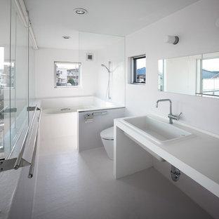 東京23区の中サイズのモダンスタイルのおしゃれな浴室 (白いキャビネット、白いタイル、白い壁、オーバーカウンターシンク、人工大理石カウンター、白い床) の写真