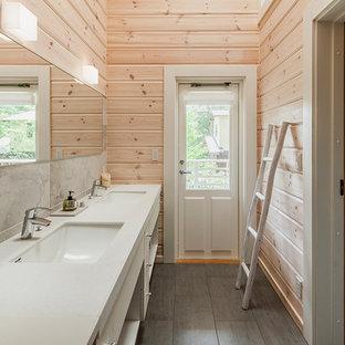 他の地域の北欧スタイルのおしゃれな浴室 (フラットパネル扉のキャビネット、白いキャビネット、グレーのタイル、ベージュの壁、一体型シンク、グレーの床) の写真