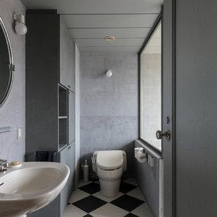 他の地域のコンテンポラリースタイルのおしゃれな浴室 (フラットパネル扉のキャビネット、グレーのキャビネット、グレーの壁、ペデスタルシンク、マルチカラーの床) の写真