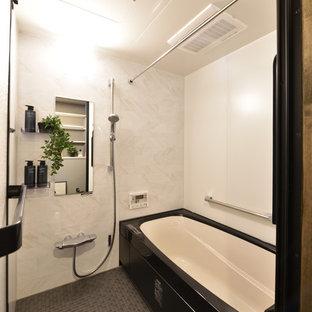 他の地域の中サイズのモダンスタイルのおしゃれなマスターバスルーム (白いタイル、グレーの床) の写真