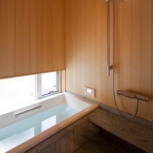 他の地域のアジアンスタイルのおしゃれな浴室 (オープン型シャワー、茶色い壁、グレーの床、オープンシャワー) の写真