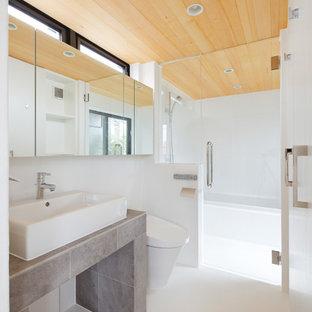 東京23区のコンテンポラリースタイルのおしゃれな浴室 (コーナー型浴槽、オープン型シャワー、白い壁、ベッセル式洗面器、白い床、オープンシャワー) の写真