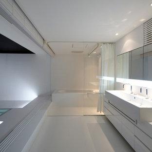 東京都下のコンテンポラリースタイルのおしゃれな浴室 (フラットパネル扉のキャビネット、白いキャビネット、コーナー型浴槽、白い壁、ベッセル式洗面器、白い床、シャワーカーテン) の写真