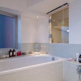 Immagine di una stanza da bagno padronale stile shabby di medie dimensioni con vasca ad alcova, doccia alcova, piastrelle verdi, piastrelle di vetro e pareti bianche