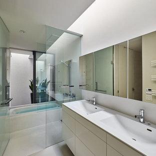 他の地域のモダンスタイルのおしゃれな浴室 (フラットパネル扉のキャビネット、白いキャビネット、コーナー型浴槽、白い壁、一体型シンク、白い床) の写真