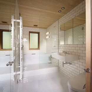 東京23区のコンテンポラリースタイルのおしゃれな浴室 (オープン型シャワー、壁掛け式トイレ、白いタイル、サブウェイタイル、白い壁、モザイクタイル、壁付け型シンク、白い床、オープンシャワー) の写真