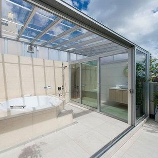 東京23区のコンテンポラリースタイルのおしゃれな浴室 (コーナー型浴槽、オープン型シャワー、ベージュの壁、ベージュの床、オープンシャワー) の写真