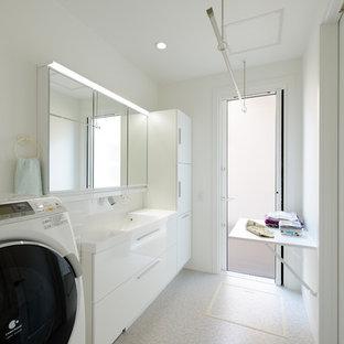 他の地域のコンテンポラリースタイルのおしゃれな浴室 (フラットパネル扉のキャビネット、白いキャビネット、白い壁、コンソール型シンク、ベージュの床、白い洗面カウンター) の写真