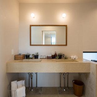 他の地域, のコンテンポラリースタイルのおしゃれな浴室 (オープンシェルフ、白い壁、テラコッタタイルの床、茶色い床) の写真