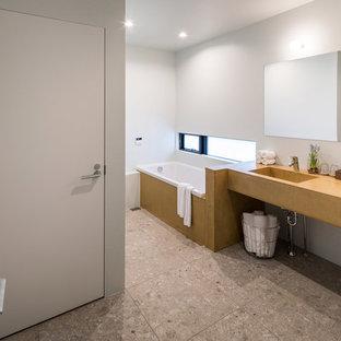 他の地域のコンテンポラリースタイルのおしゃれな浴室 (オープンシェルフ、コーナー型浴槽、白い壁、茶色い床) の写真