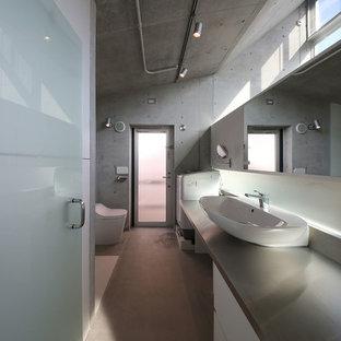 東京23区の小さいコンテンポラリースタイルのおしゃれな浴室 (フラットパネル扉のキャビネット、白いキャビネット、グレーの壁、ベッセル式洗面器、グレーの床) の写真