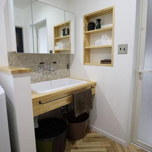 Foto di una stanza da bagno etnica con nessun'anta, pareti bianche, lavabo da incasso, top in legno, pavimento marrone e top beige