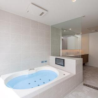 横浜のモダンスタイルのおしゃれな浴室 (コーナー型浴槽、ベージュの壁、ベージュの床) の写真