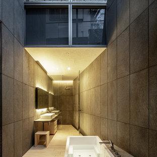 他の地域のコンテンポラリースタイルのおしゃれな浴室 (置き型浴槽、グレーの壁、グレーの床) の写真