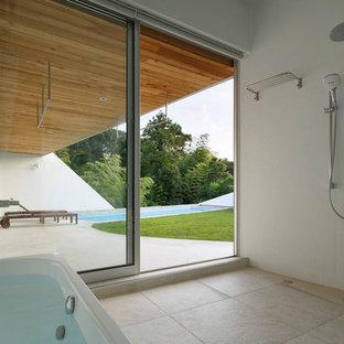 東京23区のコンテンポラリースタイルの浴室・バスルームの画像 (コーナー型浴槽、オープン型シャワー、白い壁、ベージュの床)