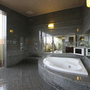 Foto de cuarto de baño actual con ducha esquinera, baldosas y/o azulejos grises, paredes grises, suelo de mármol, bañera esquinera, suelo de baldosas tipo guijarro, suelo gris y ducha abierta