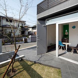 日本 大阪の片開きドア北欧スタイルの玄関の写真 (白い壁、グレーの床、グレーのドア)