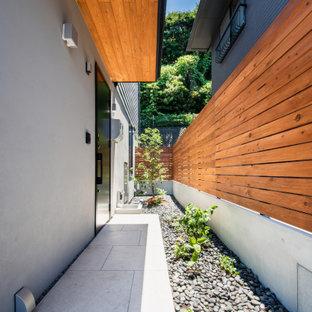 Idées déco pour une entrée moderne avec un mur gris, un sol en carrelage de porcelaine, une porte simple, une porte noire, un sol gris et un plafond en bois.
