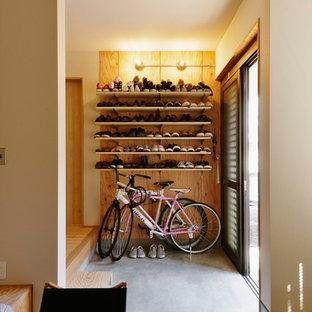 引き戸インダストリアルスタイルのおしゃれな玄関 (コンクリートの床、グレーの床) の写真