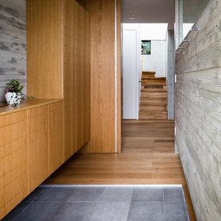 横浜のインダストリアルスタイルのおしゃれな玄関ホール (グレーの壁、コンクリートの床、グレーの床) の写真
