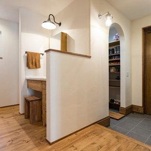 名古屋の片開きドアエクレクティックスタイルの玄関ホールの画像 (白い壁、濃色無垢フローリング、濃色木目調のドア、茶色い床)