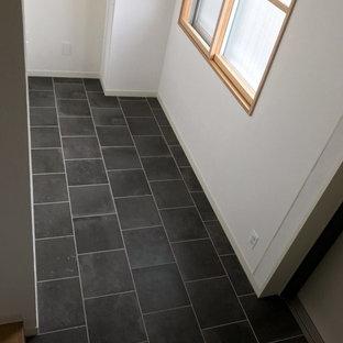 Ejemplo de hall urbano, pequeño, con suelo de baldosas de porcelana y suelo negro
