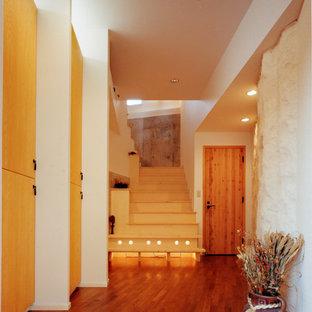 Foto på en medelhavsstil entré, med vita väggar, klinkergolv i terrakotta och orange golv
