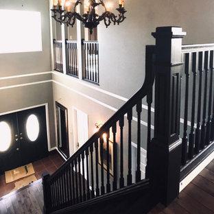 Неиссякаемый источник вдохновения для домашнего уюта: большая узкая прихожая в стиле шебби-шик с серыми стенами, темным паркетным полом, двустворчатой входной дверью, зеленой входной дверью, коричневым полом, потолком с обоями и обоями на стенах