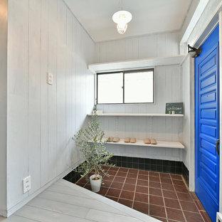 他の地域の片開きドアアジアンスタイルのおしゃれな玄関 (グレーの壁、青いドア、茶色い床) の写真