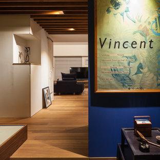 Inredning av en asiatisk stor hall, med blå väggar, klinkergolv i porslin och grått golv