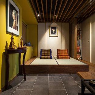 На фото: большая узкая прихожая в восточном стиле с желтыми стенами и татами с