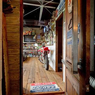 大阪の片開きドアおしゃれな玄関ドア (茶色い壁、木目調のドア) の写真