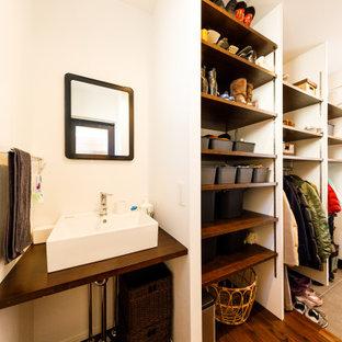 東京都下の小さい片開きドアインダストリアルスタイルのおしゃれなマッドルーム (白い壁、濃色無垢フローリング、茶色い床) の写真