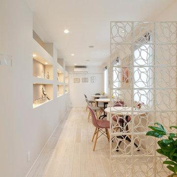 オトナ可愛いグレージュコーデが光る、エレガンスなエステサロン併用住宅。