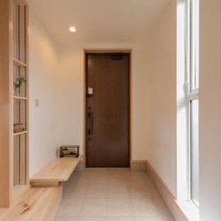 東京都下の片開きドアカントリー調の玄関ホールの画像 (白い壁、濃色木目調のドア、ベージュの床)