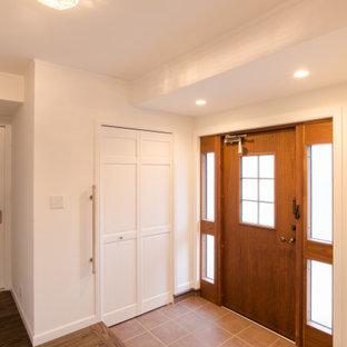 Пример оригинального дизайна: большая узкая прихожая в классическом стиле с белыми стенами, полом из керамической плитки, одностворчатой входной дверью, входной дверью из темного дерева, фиолетовым полом, потолком с обоями и обоями на стенах