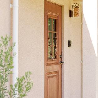 Удачное сочетание для дизайна помещения: большая входная дверь в скандинавском стиле с бежевыми стенами, полом из терракотовой плитки, одностворчатой входной дверью, входной дверью из дерева среднего тона и розовым полом - самое интересное для вас