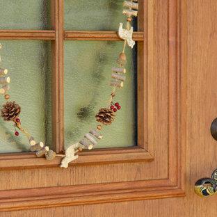 他の地域の広い片開きドア北欧スタイルのおしゃれな玄関ドア (ベージュの壁、テラコッタタイルの床、木目調のドア、ピンクの床) の写真