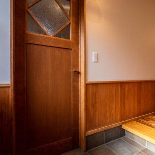 Idéer för att renovera en lantlig entré, med vita väggar, klinkergolv i porslin, en enkeldörr, mörk trädörr och brunt golv